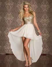 Бежевое платье со шлейфом и блестками
